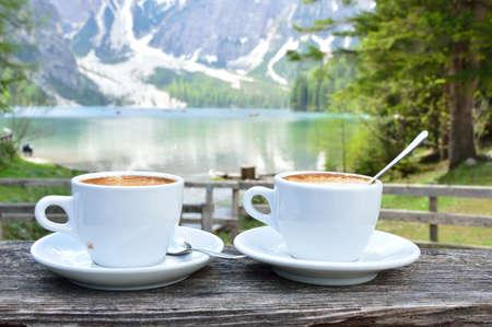 cappuccino nad jeziorem