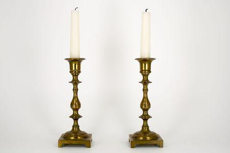 やけどを負ったウィックスと白い蝋燭と 2 つの真鍮燭台 写真素材