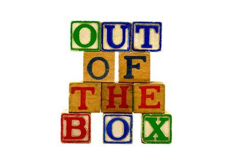 Vintage alfabet spelen houten blokken gelegd uit in vier rijen spelling uit de doos  Stockfoto