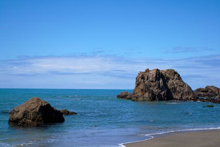 dat: Bodega Bay spiaggia vicino arco di roccia che guarda al mare su una brillante dat Archivio Fotografico