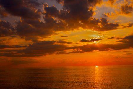 太陽としてちょうどミシガン湖夕日が地平線の下スリップします。
