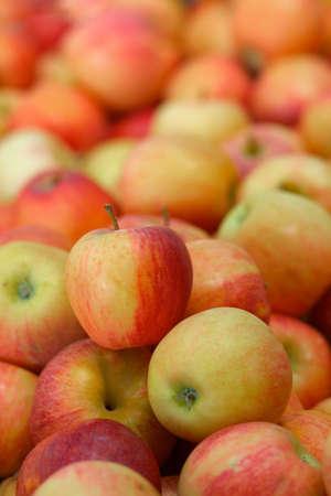 tas de pommes rouges avec arrière-plan flou à un marché