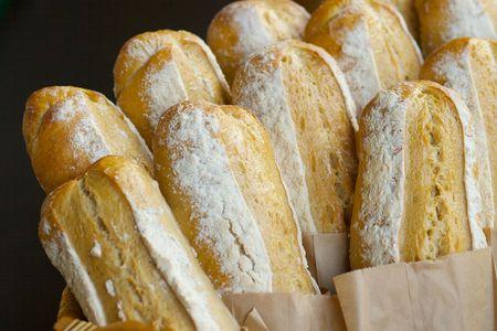 pasteleria francesa: Reci�n horneados panes de pan de alem�n en el mercado de los agricultores  Foto de archivo