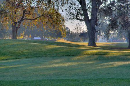 高ダイナミック レンジ HDR で行われる初期の朝ゴルフコース緑