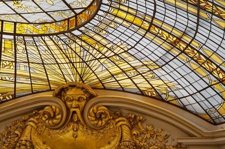 半球形の天井の一部としての金着色されたステンド グラスの窓 写真素材