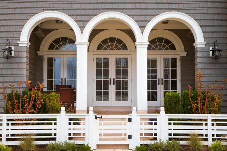 3 つのフランス語ドア家の入り口にグレー白のトリムとアールデコ スタイル フェンス 写真素材