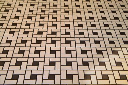 いくつかの黒と白のアールデコ調のタイル張りの床