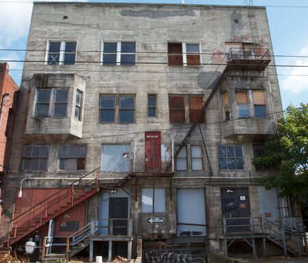 汚れた古い灰色の建物火災避難装置コンクリート製