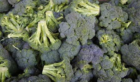 農民市場で緑のブロッコリーの山 写真素材