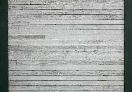 白い緑の枠線を持つ木製の壁