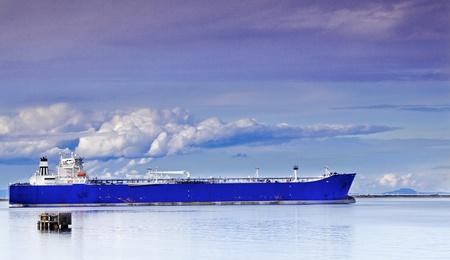 青のタンカーまたは Frieghter San Juan de Fuca の海峡で停泊 写真素材
