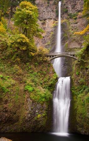 frothy: Schiumosa immagine lunga esposizione di Multnomah cadute in Portland Oregon