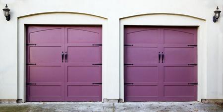 Deux portes de garage violettes, violettes, améthystes ou lavande Banque d'images - 12359176