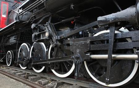 古い黒蒸気機関車の車輪とボイラーのクローズ アップと