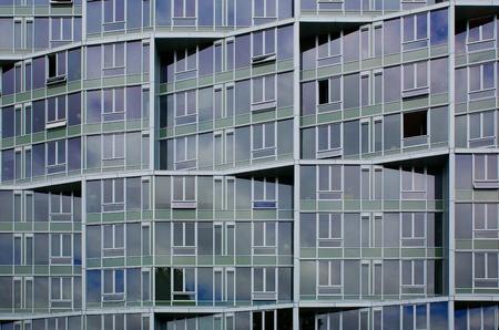 irregular shapes: Formas irregulares de una fachada de edificio de oficinas de ventanas Editorial