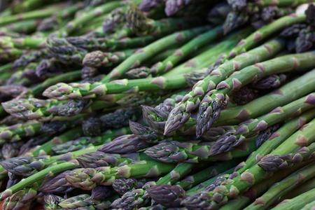 Pile of green Asparagus at the farmers market Banco de Imagens - 21498304