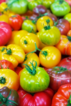 Pile of Green, Yellow, and Red Heritage Tomatoes at the farmers market Banco de Imagens - 21498305