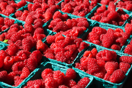 Baskets of Bright Red Raspberries at the Farmers Market Banco de Imagens - 29987814