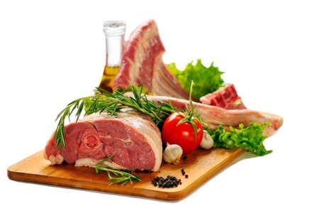 pasen schaap: Rauw lamsvlees met groenten op een witte achtergrond. Stockfoto