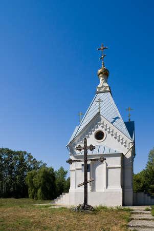 memorial cross: La cappella e un memoriale croce sul terreno villaggio cosacco