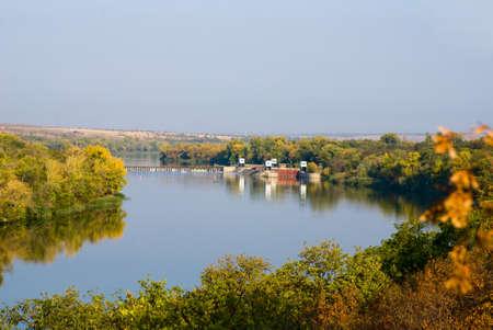 waterleiding: Het uitzicht vanaf de hoge oever van de waterwerken en de poort naar de rivier