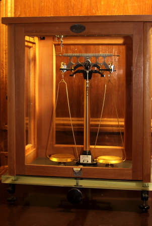 weigher: scales in gepgraphic meseum in glass box
