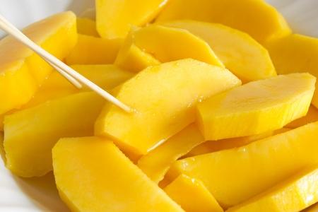Mango-Scheiben auf einem Teller