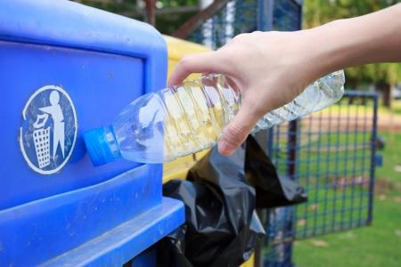 papelera de reciclaje: Los residuos arrojados a la papelera de reciclaje Foto de archivo
