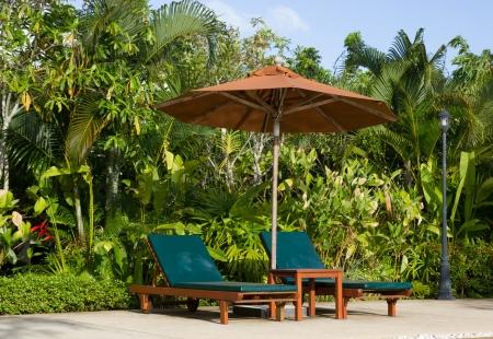 Schwimmbad mit entspannenden Sitzen und Sonnenschirm