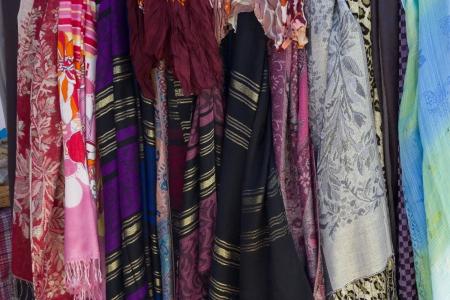 sciarpe: Sciarpe colorate nel mercato