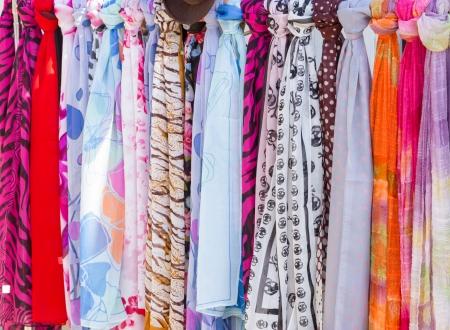 bufandas: Bufandas coloridas en el mercado Foto de archivo