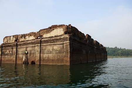 ahogarse: Temple se ahogan en el agua Kanchanaburi, Tailandia