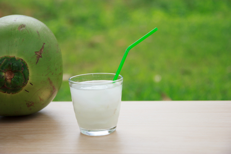 cocotier: L'eau de coco dans le verre Banque d'images