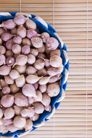 induce: Garlic in basket Stock Photo