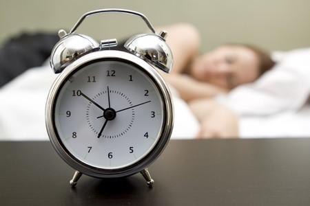 despertarse: Mujer en la cama, tratando de despertar Foto de archivo