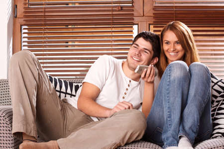 pareja viendo tv: joven pareja viendo tv Foto de archivo