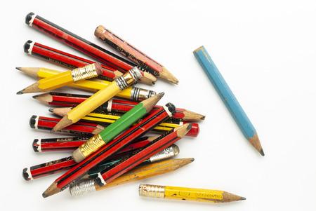 Alte, gebrauchte Holzgraphitstifte auf weißem Papier
