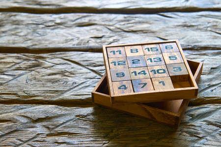 Houten kubussen met nummers op houten achtergrond Stockfoto