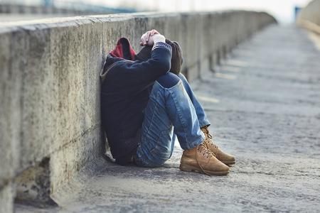 橋、貧困、都市、通りで眠っているホームレス少年