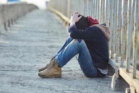Jeune garçon sans-abri dormir sur le pont, la pauvreté, ville, rue Banque d'images - 62496119