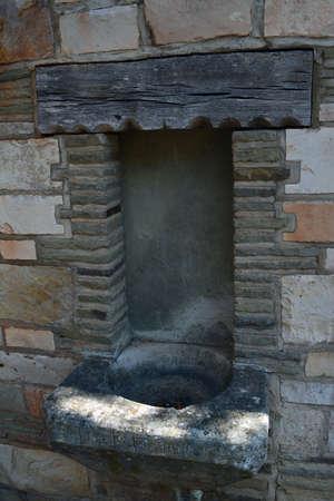 古代の石をレンガの壁側にシンクします。