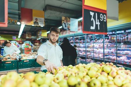 Un Hombre Guapo Compra Fruta En Un Supermercado Un Hombre Elige Platanos En La Tienda Compra De Productos En Un Supermercado Fotos Retratos Imagenes Y Fotografia De Archivo Libres De Derecho Image Adrián uribe y emmanuel palomares: un hombre guapo compra fruta en un