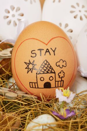 Stay home egg in easter wreath Banque d'images