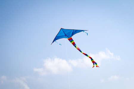 Cerf-volant acrobatique bleu dans le ciel de la mer baltique