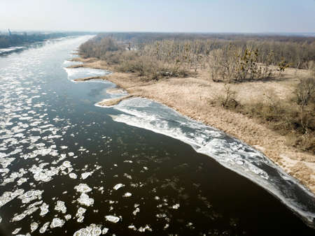 Ice floes on the Elbe obstruct the inland navigation Imagens