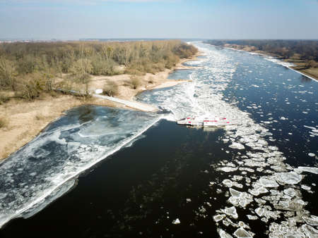 Ice floes on the Elbe obstruct the inland navigation Standard-Bild