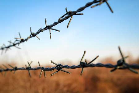 Partie d'une clôture avec du fil de fer barbelé Banque d'images