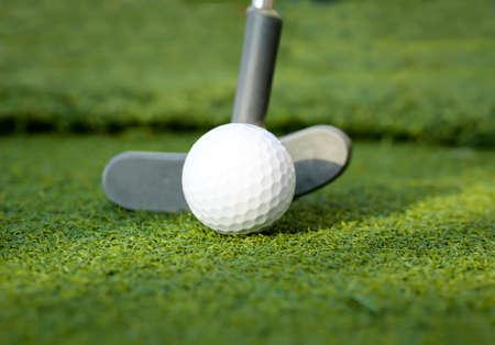 Golf ball and putter on the green Reklamní fotografie - 133018924
