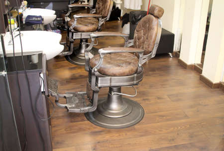 Sillas de barbero con cuero marrón.