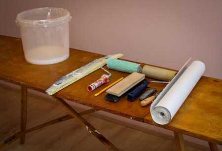 Painter and wallpapering utensils and details of a wallpapering board, wallpapering table Banque d'images